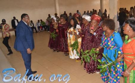 Le Ministre Jean De Dieu MOMO fortement ovationné dans la communauté Baleveng de Yaoundé