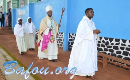 L'Evêque Auxiliaire de Bafoussam, Monseigneur Emmanuel DASSI, en visite pastorale à la Paroisse Saint Laurent de Bafou